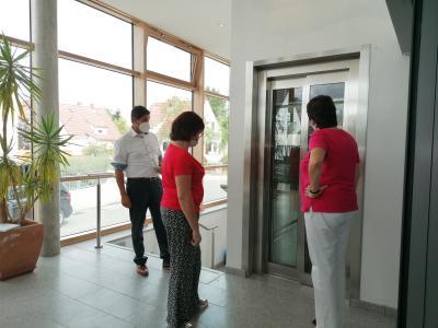 Foto zur Meldung: Aufzug im Nauheimer Rathaus zur Nutzung freigegeben