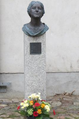 Stadt Perleberg | Blumenschmuck zum Gedenken an den 44. Todestag der Opernsängerin Lotte Lehmann an ihrem Denkmal