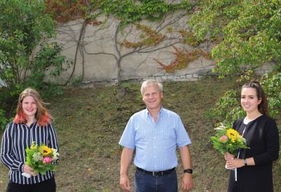 Foto zu Meldung: Bürgermeister verabschiedet Azubis: beide werden von der Gemeindeverwaltung übernommen