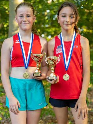 Foto zur Meldung: Nachwuchsehrenpreis für Lara und Vanessa