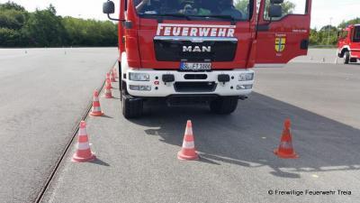 Foto zur Meldung: Fahrsicherheitstraining mit Feuerwehrfahrzeugen