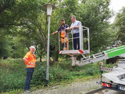 Martin Calmon vom Betriebshof (M.) markiert derzeit die Lampen in den Ortsteilen, hier in Eggersdorf. Halldor Lugowski (r.) und Bernd Raschke erklären die Nummerierung. Foto: Beate Vogel