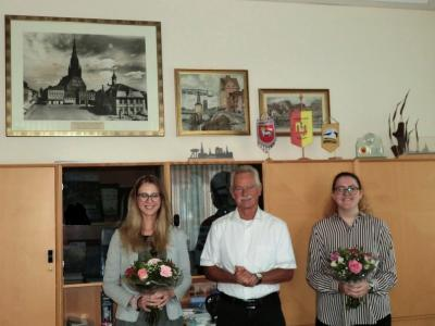 Die Auszubildenden Isabell Schwuchow und Alexandra Schengber wurden am 1. September 2020 durch den Bürgermeister Dr. Michael Koch recht herzlich begrüßt.