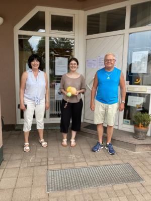 Das Foto zeigt von l.n.r. : Angelika Strittmatter, Vorstandsmitglied; Ariagna Heß, Bundesfreiwillige; Wolfgang Götz, Vorstandsmitglied. Quelle: Generationentreff Lebenswert.