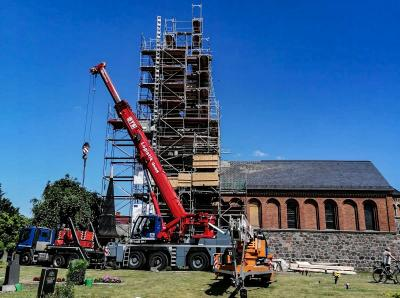 Foto zu Meldung: Göhlsdorfer Kirchturm wird gekrönt