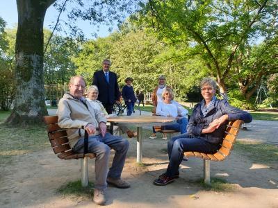 Foto zur Meldung: Neue Spielgeräte und Sitzgruppe für den Mehrgenerationenspielplatz Emscherpark