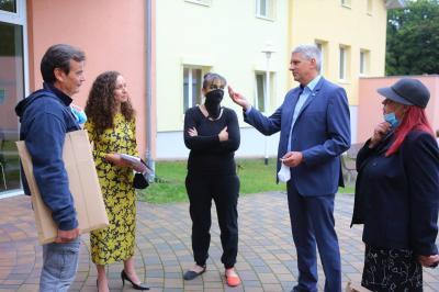 Bürgermeister Sven Siebert im Gespräch mit Mario Lars, Annika Frank und Antje Püpke (v. l.) sowie Gabriele Stolze (rechts)