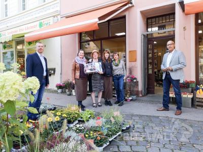 Anja Römer, Astrid Römer, Lisa Schulz und ihre Mitarbeiterin (v.l.) freuen sich über die die Glückwünsche von René Georgius (l.) und Dr. Ronald Thiel (r.). Foto: Beate Vogel