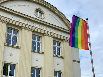 Foto zur Meldung: Regenbogenfahne weht vor dem Landratsamt