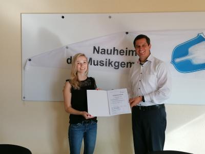 Bürgermeister Jan Fischer (rechts) übergibt Sandra Drumm die Ernennungsurkunde zur Standesbeamtin. © Gemeinde Nauheim