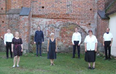 Auftritt geschafft! Erwachsene Schüler von Musikpädagoge Volker Schubert (r.) spielten in Kuppentin auf. Foto: Felix Krachenfels
