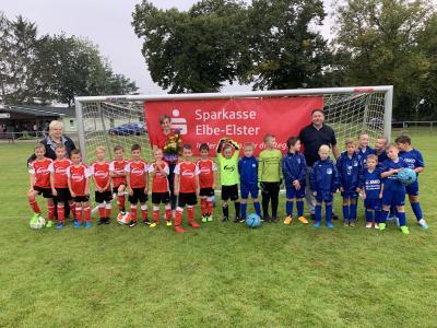 Foto zur Meldung: Neue Jugendtore für die Sportanlage in Schmerkendorf - Dank an die Sparkasse Elbe Elster