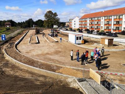 In kleinen Gruppen ging es mit den Fachleuten über das Baufeld, auf dem die Borde schon die spätere Aufteilung markieren. Foto: Beate Vogel