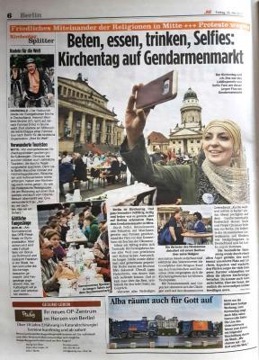 Foto zur Meldung: Beten, essen, trinken, Selfies: Kirchentag auf dem Gendarmenmarkt