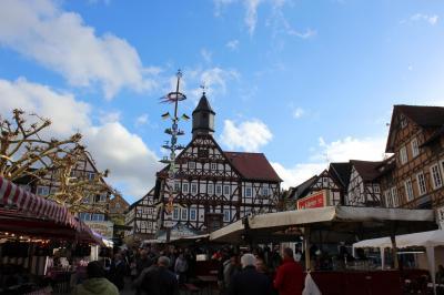 Im November 2018 war der Marktplatz der Stadt Sontra zum Martinsmarkt gut gefüllt - die Marktschreier waren zu Gast.