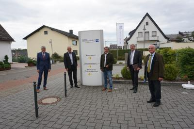 BUZ (v.r.n.l.).: Rolf-Peter Leonhardt (Vorsitzender des KHDS-Verwaltungsrats), Guido Wernert (KHDS-Geschäftsführer), Achim Schwickert (Landrat des Westerwaldkreises), Erwin Reuhl (KHDS-Verwaltungsratsmitglied) und Klaus Müller (Bürgermeister der Verbandsgemeinde Selters und KHDS-Verwaltungsratsmitglied)