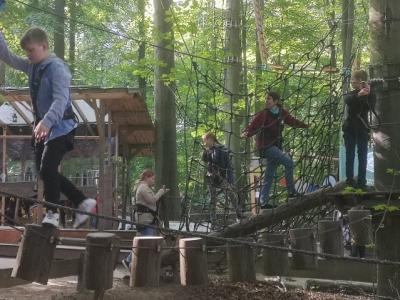 Foto zur Meldung: Die sechsten Klassen auf Tour im Hochseilgarten Eckernförde