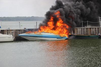 Bild der Meldung: Boot verbrannte im Borgwedeler Hafen