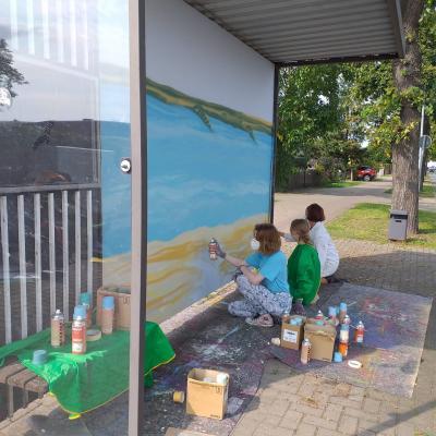 Schüler und Schülerinnen der 11. Klassenstufe gestalten die Bushaltestelle in der Lenzner Straße I Foto: Kathrin Lockenvitz