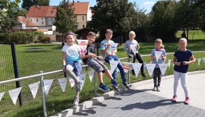 Foto zur Meldung: Wünschewimpel schmücken den Schulhof