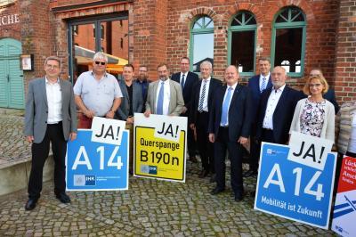"""Teilnehmer des A14-Dialogs auf dem Gelände des Hotel & Brauhauses """"Alte Ölmühle"""" I Foto: Martin Ferch"""