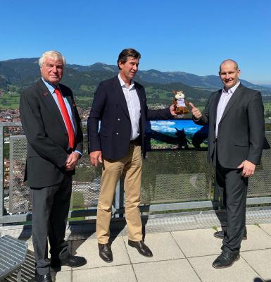 v.l.: Harald Löffler (Präsident EC Oberstdorf), Klaus King (1. Bürgermeister von Oberstdorf), Matthias Große (kommissarischer DESG-Präsident)