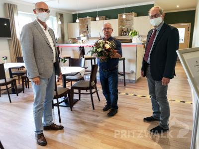 Dr. Ronald Thiel (l.) und Dietmar Sachs übergeben Gerhard Plack einen Bumenstrauß. Foto: Beate Vogel