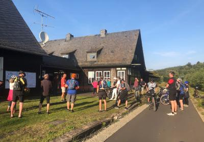 """Wildfleckens erster Bürgermeister Gerd Kleinhenz begrüßt die Teilnehmer zur Informationsveranstaltung """"Inszenierung Rhönexpress Bahn-Radweg"""" mit anschließender Ausfahrt."""