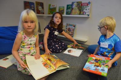 Mathilda, Peetje und Linus schmökerten in Kinderbüchern I Foto: Martin Ferch
