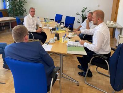 Arbeitssitzung zur Radwegverbindung (v.l.n.r.) Bürgermeister Hagen Zuber (Zuzenhausen), Dr. Albrecht Schütte MdL, Bürgermeister Maik Brandt (Meckesheim) und Bürgermeister Marco Siesing (Eschelbronn).