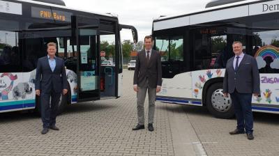Foto zu Meldung: Partnerschaften für Demokratie: Übergabe der Demokratie-Busse