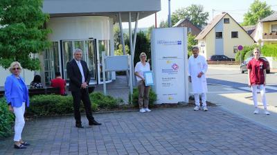 BUZ: v.l.n.r. Sabine Schmalebach (KHDS-Pflegedirektorin), Guido Wernert (KHDS-Geschäftsführer), Susen Bär (KHDS-Hygienebeauftragte), Dr. med. Reinhold Ostwald (Ärztlicher Direktor des KHDS) sowie Jill Goldau (KHDS-Pflegefachkraft)