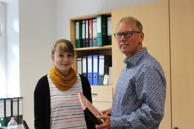Ronald Otto, Geschäftsführer der GWG Wohnungsgesellschaft mbH Perleberg/Karstädt eröffnet junger Mitarbeiterin berufliche Perspektive.
