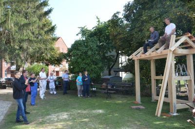 Richtspruch mit Lehmbauer Peter Dörfel und Zimmerer Martin Schmidt auf dem Dach der Schaufachwerkhütte I Foto: Martin Ferch