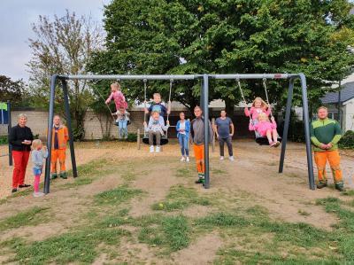 Foto zur Meldung: Neue Schaukel für den Schulhof der Aloysiusschule Holzwickede
