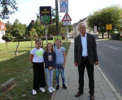 Bürgermeister Dr. Koch mit Schülerinnen der Zille Schule
