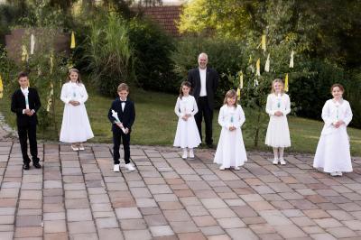 Die Erstkommunionkinder aus Schondra zusammen mit Pfarrer Armin Haas