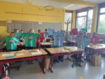 Stolz präsentiert die Klasse 1b ihr Geschenk