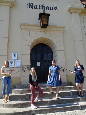 Frauenpower im Nienburger Rathaus: Bürgermeisterin Falke (2. v. r.) begrüßt zusammen mit Jasmin Kaiser (l.) und Sophie Dreyer (r.) Auszubildende Lea Antonia Schöbe