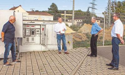 Bürgermeister Peter Pelk (links), Syna-Kommunalmanager Marc Ringelstein und Landrat Frank Puchtler (von rechts) lauschen der technischen Einweisung von Sven Wagner, dem Leiter Metering bei der Syna. Foto: Kahl