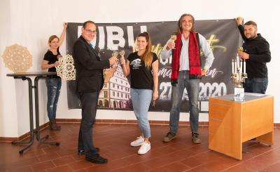 Schlüsselübergabe, v.l.n.r.: Nicole Kreussel, Bürgermeister Tilo Kummer, Melanie Geißler, Florian Kirner, Danny Brohm (Foto: Eva Siebert)