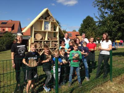 Tatkräftig bestückten die Baumbacher Kinder das Insektenhotel mit Materialien