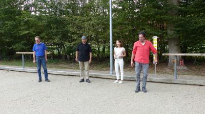 Probe aufs Exempel: Bürgermeisterin Monika Böttcher testete den neuen Bouleplatz in Bischofsheim gemeinsam mit Andreas Rohrbach, Joachim Bachmann und Frederic Zander (von links) im Spielbetrieb. Foto: Stadt Maintal