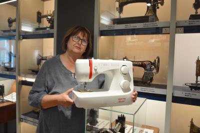 Museumsleiterin Birka Stövesandt mit dem neuesten Ausstellungsstück I Foto: Martin Ferch