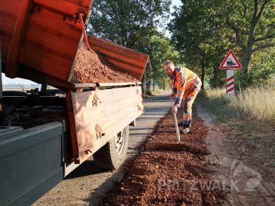 Mit einer Schottertragschicht werden die ausgefahrenen Ränder am Spurbahnenweg zwischen Kemnitz und Alt Krüssow ausgebessert. Foto: Beate Vogel