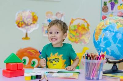 https://pixabay.com/de/photos/kinder-schule-emotionen - fröhliches Kind am Schreibtisch