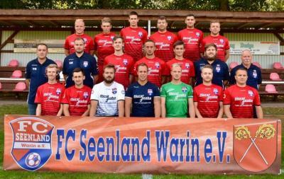 Der FC Seenland Warin hier beim Fototermin am vergangenen Samstag, will auch im Auswertstreffen in Grevesmühlen punkten.