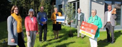 Foto zur Meldung: Ein Apfelbaum und 750 Euro für neuen Tagestreff