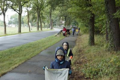 3 Kinder und 3 Erwachsene helfen beim Herbstputz an der B102