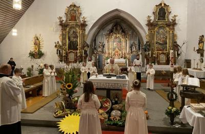 Bild der Meldung: Erntedank mit den Kommunionkindern gefeiert - Viele Erntegaben lagen vor dem Altar